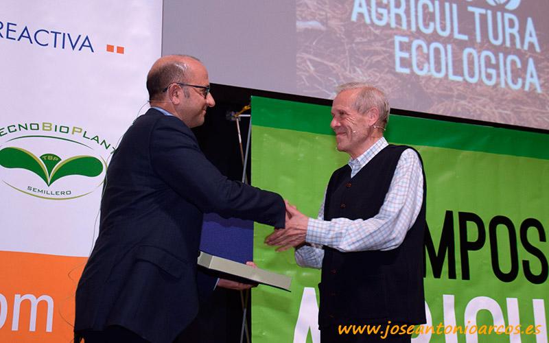 El concejal Manolo Gómez hace entrega del reconocimiento al profesor Tello.