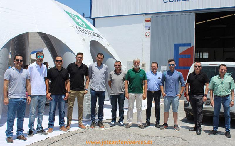 Técnicos de Ejiberj y Cosmocel en la entrada del almacén de El Ejido.