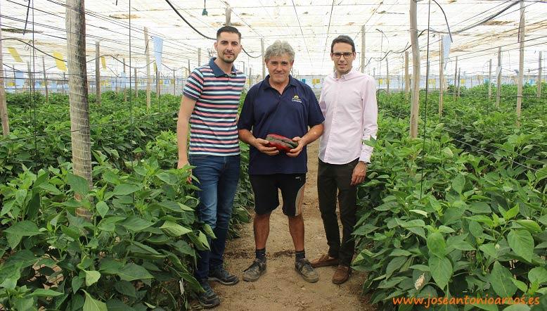 Sergio Barranco y Rubén Valero con el agricultor Fernando Rodríguez.