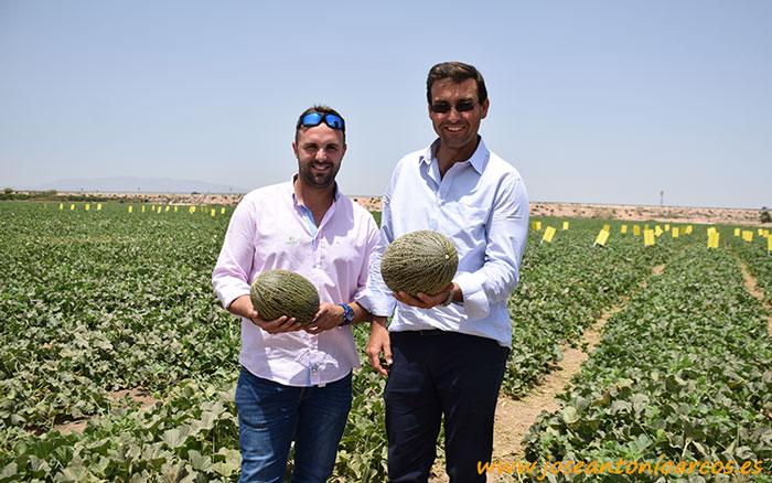 El agricultor Ceferino con el melón de su propio nombre, acompañado de Antonio de la empresa Caridul.