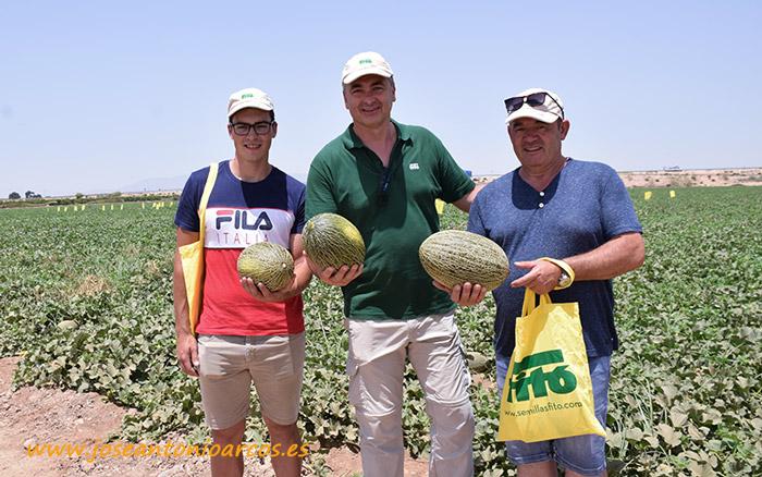 José Antonio Zafra con dos productores manchegos. Elogio y Juan Carlos, padre e hijo, agricultores de Membrilla.