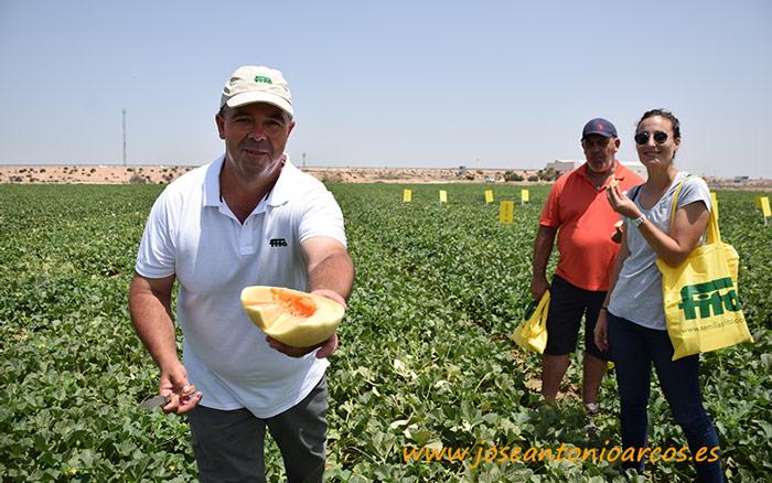 Nicolás Sánchez (Fitó) con el melón Waikiki, acompañado de Pedro Mínguez y María López del CDTA-El Mirador.