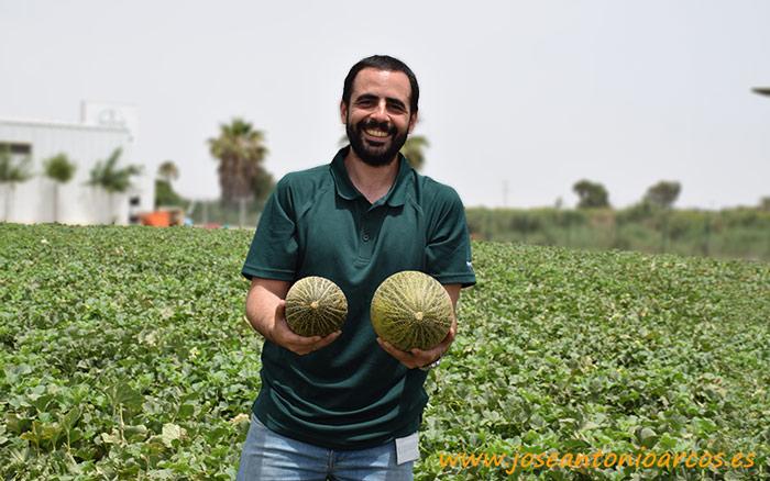 Roberto Ballester con un piel de sapo para exportación junto a otro fruto del calibre del mercado nacional.