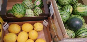 Sandías blancas y negras con melones amarillos en supermercados de Portugal.