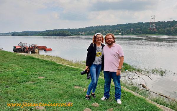 Ana Rubio y José Antonio Arcos a orillas del Danubio en Serbia.