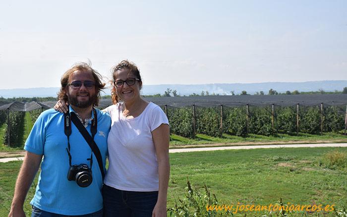 Ana Rubio y José Antonio Arcos en la mayor finca de manzanas de Serbia.