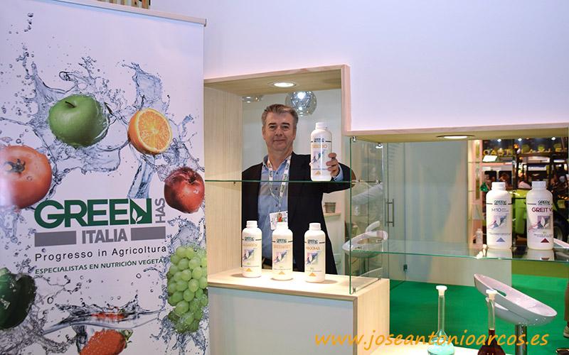 Raúl Clemente con la gama de productos en base a algas.