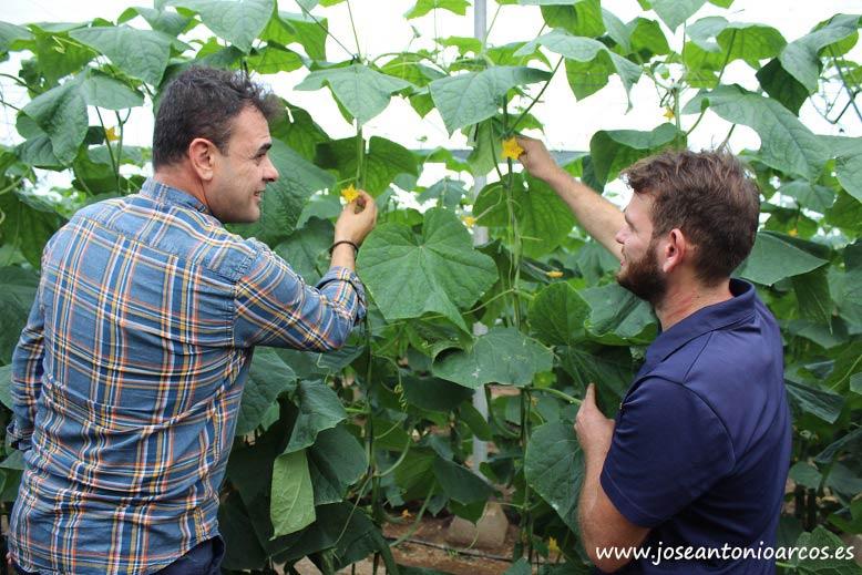 Javier Maleno, director general de MAGAR, con Abraham Martínez, joven agricultor almeriense.
