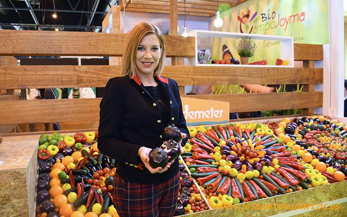 Rocío Guerrero, responsable del departamento técnico de Campojoyma con la nueva berenjena redonda violeta.