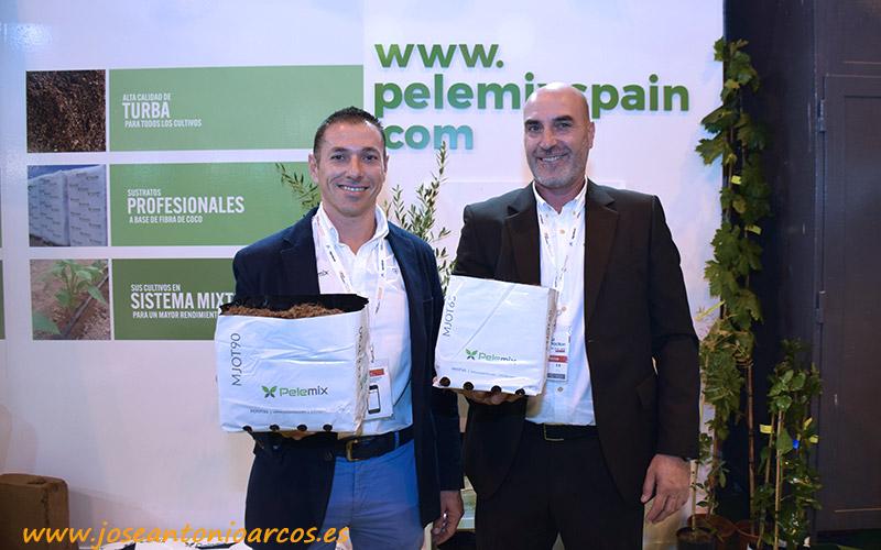 Lorenzo Montoya y Josep Mas, técnicos de Pelemix, muestran kits de 9 y 6,5 litros.