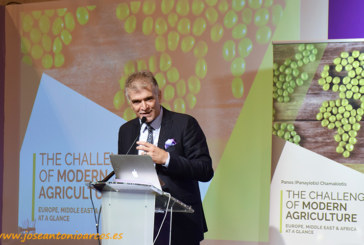 Panos Chamakiotis presenta el ensayo 'Los desafíos de la agricultura'
