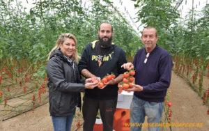 Mª Mar Gimeno, Rijk Zwaan, con Juan Ramón y Juan Antonio, agricultores de Campohermoso.