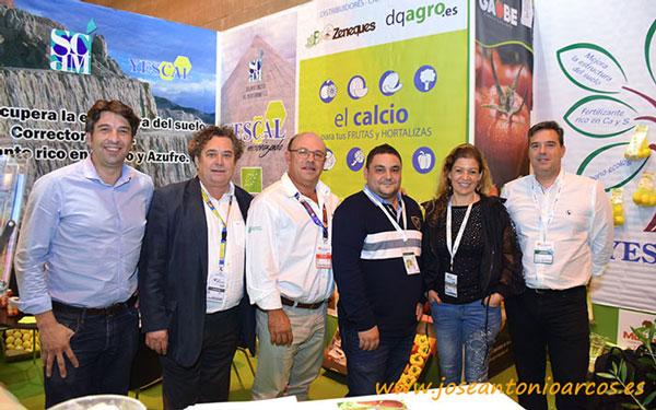 El sulfato cálcico micronizado se presenta en el Foro Innova. Yescal se promociona como herramienta que ha logrado controlar la seca de la encina. En la imagen con productores del sureste peninsular y catedráticos de Murcia.