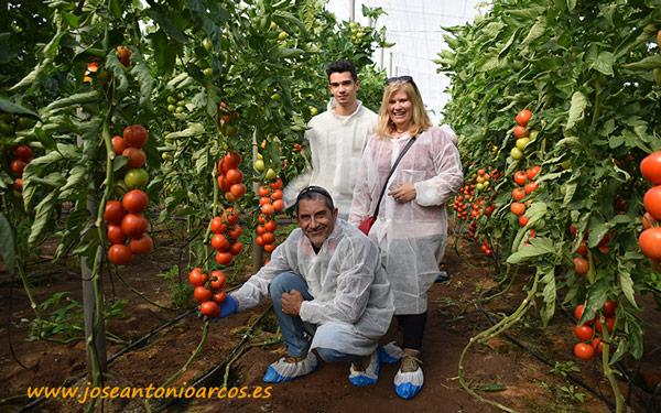 Adela Garrido y su marido Jesús Martín con su hijo José. Agricultores almerienses.