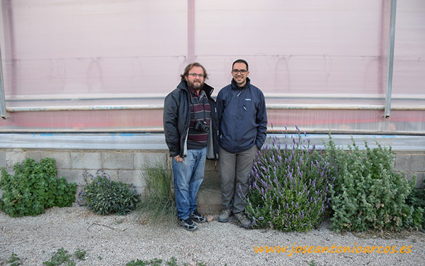 Con José Domingo Navarro en el Mar Menor. En el interior pimientos.