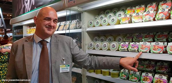 Alberto Cáncer, Anecoop, muestra las nuevas tarrinas de sobrasada vegetal.