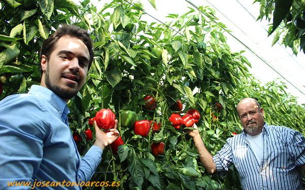 José Miguel Reyes, marketing HM Clause, con el agricultor Francisco Torres.