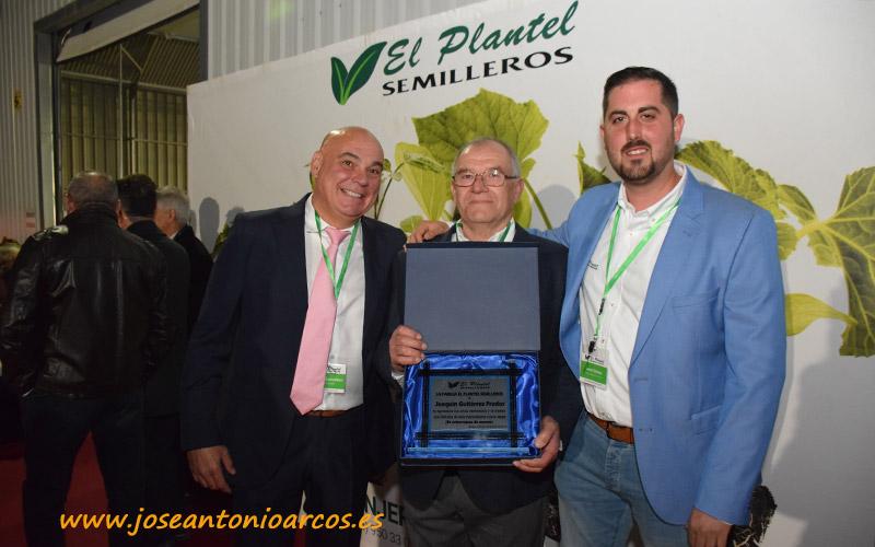 Manuel Escudero y Javier Gómez en la entrega de la placa a Joaquín Gutiérrez.