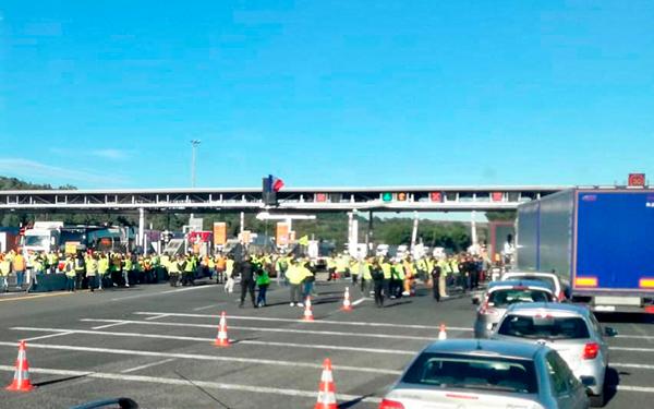 Peajes en Francia. Colas de camiones en la Frontera entre España y Francia.