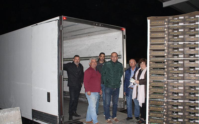 Agricultores cargando anoche el camión en el Poniente almeriense.