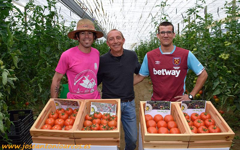 En el invernadero de Javier Castillo, anfitrión de la jornada; con su técnico Juan Enrique, de Viagro; y con el joven agricultor Fº Javier Galindo.