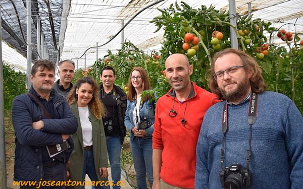 Técnicos de Fitó y periodistas con el agricultor Daniel Barbero.