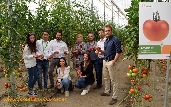 Equipo de Hazera con los propietarios de la finca, los agricultores Juan y Rosa.