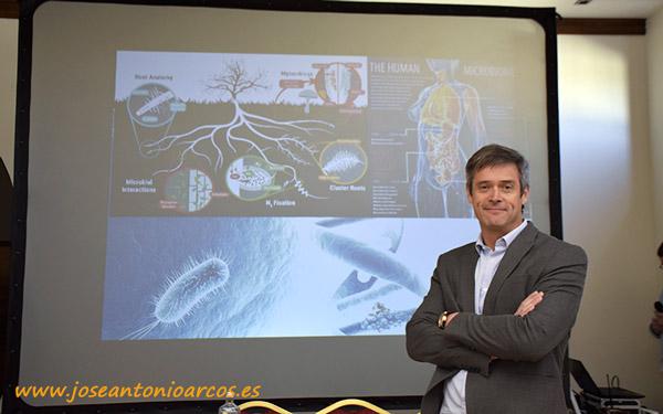 """Carlos Meza tituló su charla """"Epigenética: activar y desactivar genes para tener cultivos saludables y personas sanas"""". /joseantonioarcos.es"""