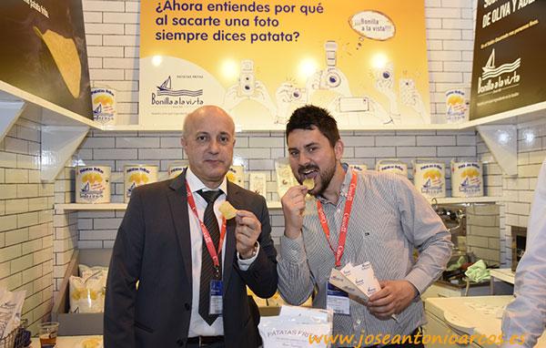 Diego García y Roberto Amado degustando las patatas de Bonilla a la vista. /joseantonioarcos.es