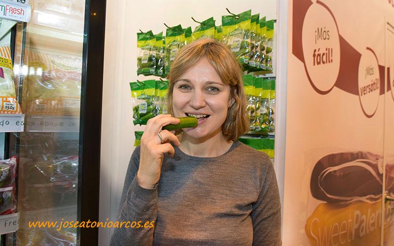 Elisabet Expósito, Rijk Zwaan, con pepino MyCubies. /joseantonioarcos.es