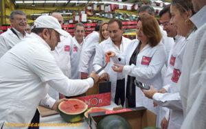 José Antonio Torrecillas, jefe de auditores, ofrece el primer corte a la consejera Crespo. /joseantonioarcos.es
