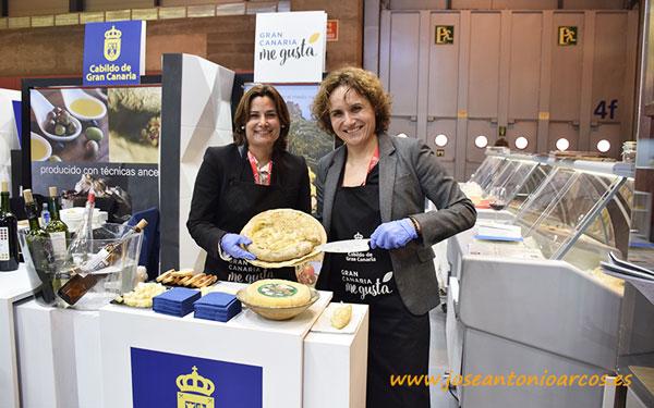 Merche y Fabiola con el queso Flor de Guía. /joseantonioarcos.es
