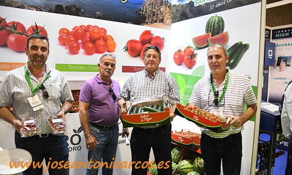 Los hermanos Juan Antonio y Francisco José con dos agricultores: Miguel, de San Isidro; y Nicolás, de Dalías. /joseantonioarcos.es