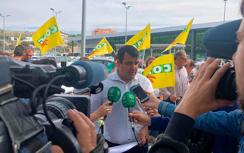Andrés Góngora atendiendo ayer a los medios.