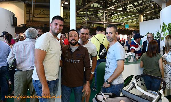 Agricultores y amigos en el stand de El Plantel Semilleros. /joseantonioarcos.es