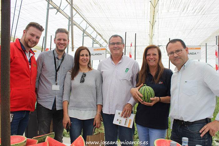 Mercedes Fernández con el equipo técnico de Unica Group. /joseantonioarcos.es
