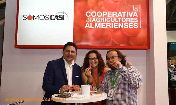 Con Mariano Larrazabal, después de años compartiendo mundo digital, nos tropezamos en el mundo real. Con él degustamos la sandía de CASI. /joseantonioarcos.es