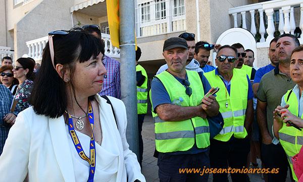 Victoria Fernández, miembro del gabinete del Ministerio de Agricultura, conversando con algunos de los agricultores concentrados a las puertas del Palacio de Congresos. /joseantonioarcos.es