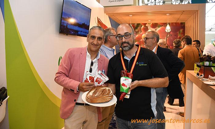 Antonio Murillo, de Nutrisanum, y Miguel Ángel Barrios, de Axia, muestran el panpimiento que tiene su origen en el dulce italiano Etna. /joseantonioarcos.es