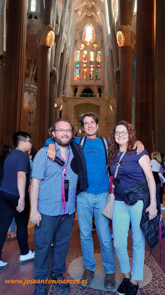 José Antonio Arcos, Pablo Campra y Ana Rubio en el interior de la Sagrada Familia. Barcelona. /joseantonioarcos.es