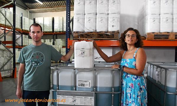 Carmen Granados y José Luis Castillo con una garrafa de una de sus referencias, como M10 AD. /joseantonioarcos.es
