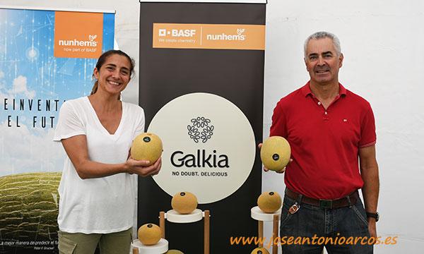 María José Marí y Gregorio Pérez, de Nunhems, con melones Galkia. /joseantonioarcos.es