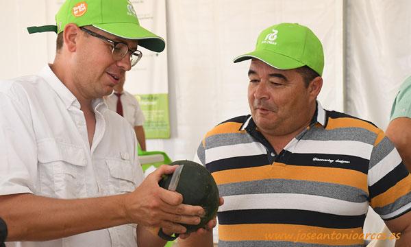 Diego Maestre con la novedad en sandía negra 62-974 RZ. /joseantonioarcos.es