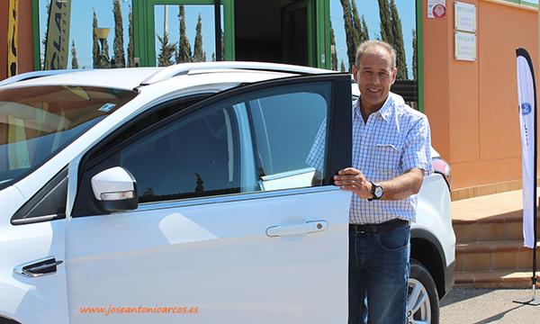 El agricultor almeriense Julio Maldonado con su nuevo Ford Kuga. /joseantonioarcos.es