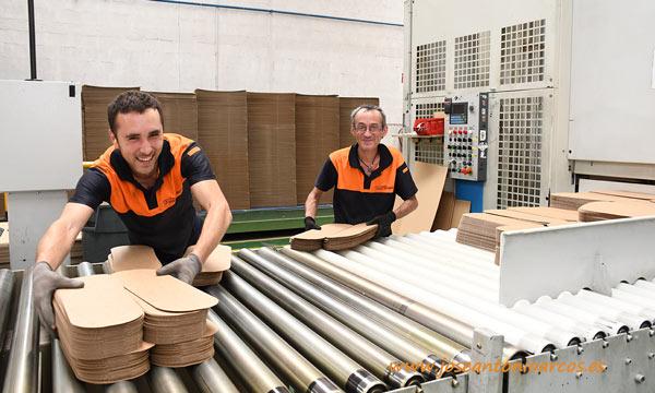 Trabajadores de Cartonajes Santorromán. /joseantonioarcos.es
