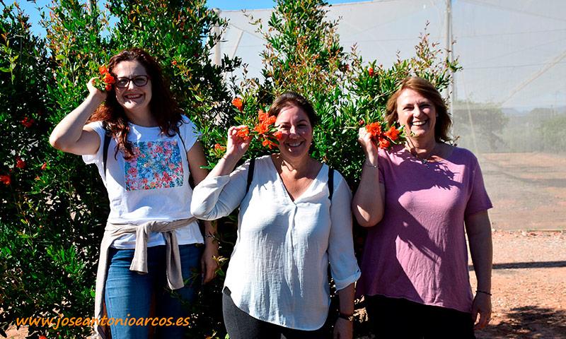 Granadas rojas: Ana Rubio, Mari Carmen Rubio y Carlota Pardo. /joseantonioarcos.es