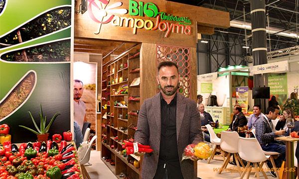 Francisco Jesús Montoya Sánchez, gerente de Campojoyma, con los envases sostenibles de la empresa. /joseantonioarcos.es