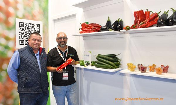 El agricultor murciano Pedro Sánchez con el técnico de Axia Miguel Ángel Barrios. /joseantonioarcos.es
