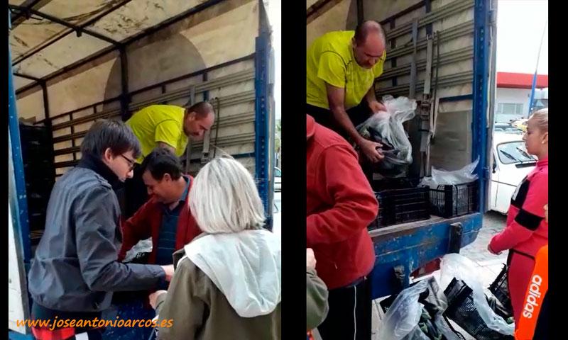 Un agricultor regala berenjenas a las puertas de un supermercado