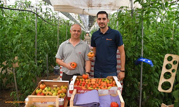 El agricultor Miguel Gázquez con el técnico de Naturinda Sergio Barranco. /joseantonioarcos.es